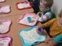 Zabawy maluszków kaszą manną